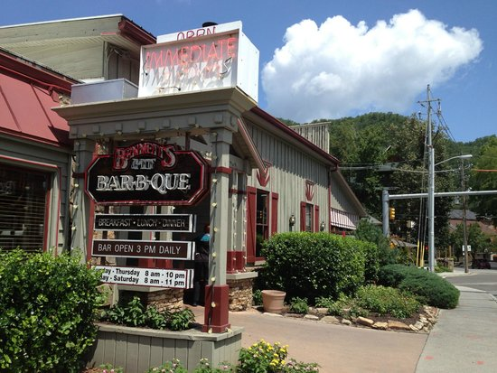 Lunch portions picture of bennett 39 s pit bar b que for Dining near gatlinburg tn