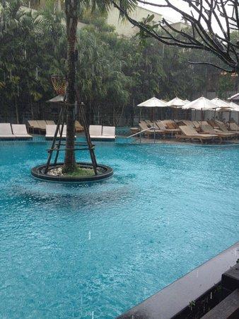 Centara Anda Dhevi Resort and Spa: Pool area on a rainy day