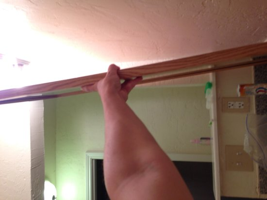 Econo Lodge Pecos: Bath mirror are NOT attached! Watch out, it could fall on you!