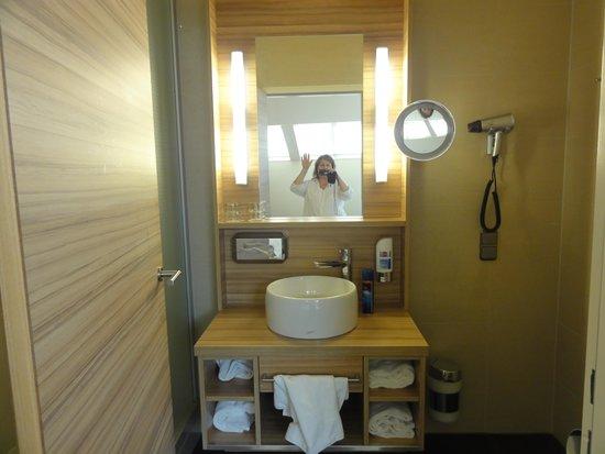 Star Inn Hotel Salzburg Gablerbrau: Part of the bathroom