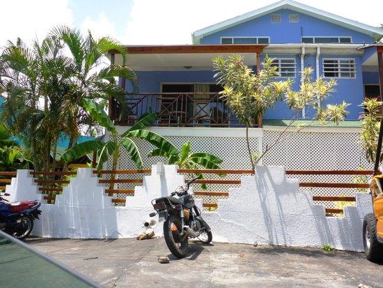 Cocoplum Beach Hotel: estacionamiento del hotel