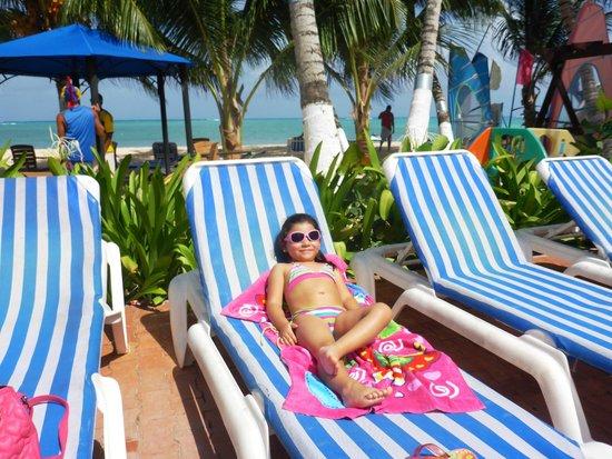 Cocoplum Beach Hotel: en las hamacas de la piscina