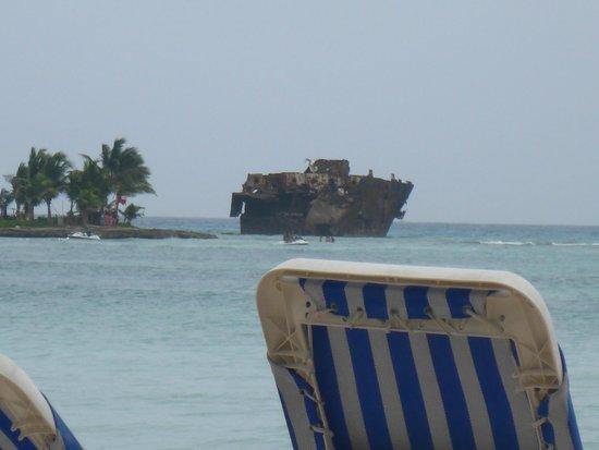 Cocoplum Beach Hotel: el Hotel esta muy cerca a Rocky Cay y al Barco anclado :)