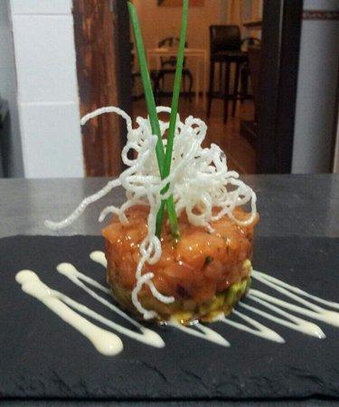 Calendula tapas: en pizarra..tartar de samon y aguacate