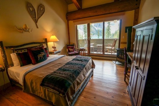 Moraine Lake Lodge : Bedroom with view
