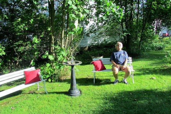 The Dawson House: Comfortable yard