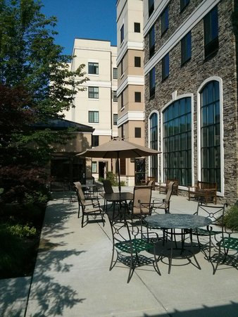 Sonesta ES Suites Parsippany: The patio next to the BBQ. Nice place for breakfast too.