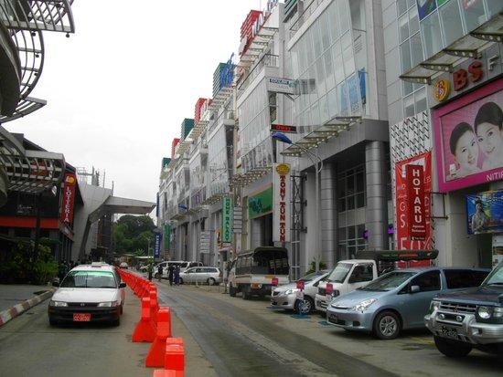 Junction Square, Yangon: 向かいのお店