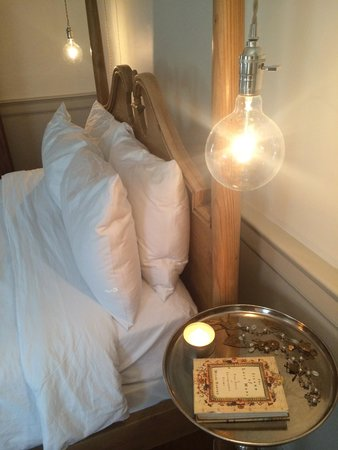 Eben House: Bed and bedside lamps