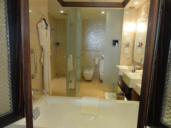 The Ritz-Carlton Abu Dhabi, Grand Canal : the fabulous bathroom