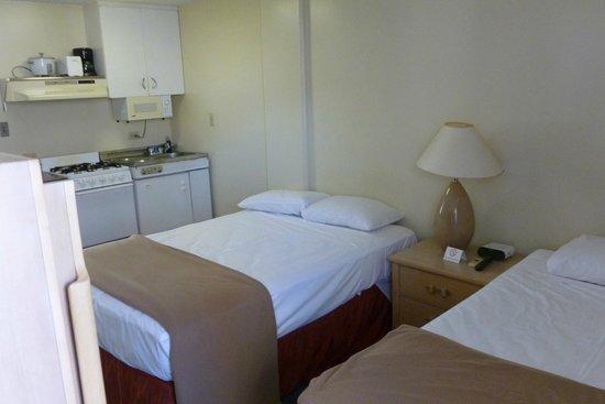 Waikiki Prince: Standard Room 1 double, 1 twin bed with kitchenette