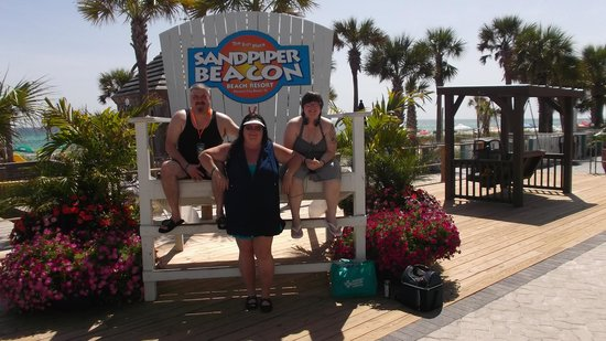 The Sandpiper Beacon Beach Resort: family on the large chair
