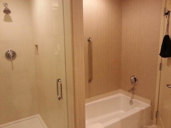 Town & Country Inn and Suites : TWO shower/bath areas !! :D