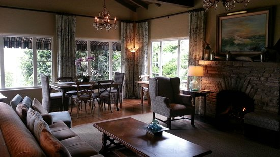 Sandpiper Inn Carmel: Breakfast & Living room, also perfect to curl up on the couch with a book, in front of the firep