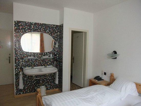 Hotel Drei Konige: Ensuite toilet - but sink in room
