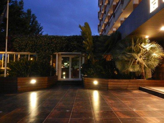 California Garden: Вид на вечерний отель