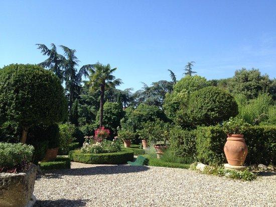 Villa Scacciapensieri: Hotel gardens at entrance