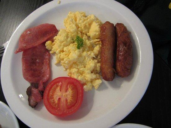 Stauntons on the Green: full Irish breakfast: eggs, baked half tomato, sausage, bacon