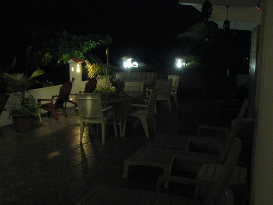 Coconut Palms Inn: Patio at Night