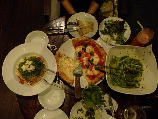 Pizza 4P's: テーブル一杯の料理