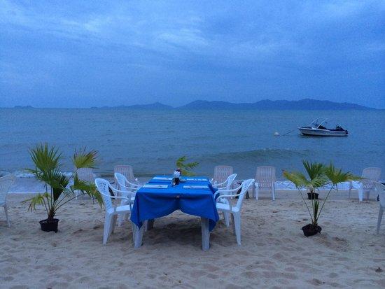 ZENZIBAR Beach Bar & Restaurant: Petite table les pieds dans l'eau