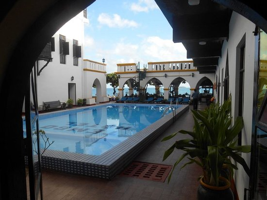 Tembo House  Hotel & Apartments: Tembo Pool area facing the beach