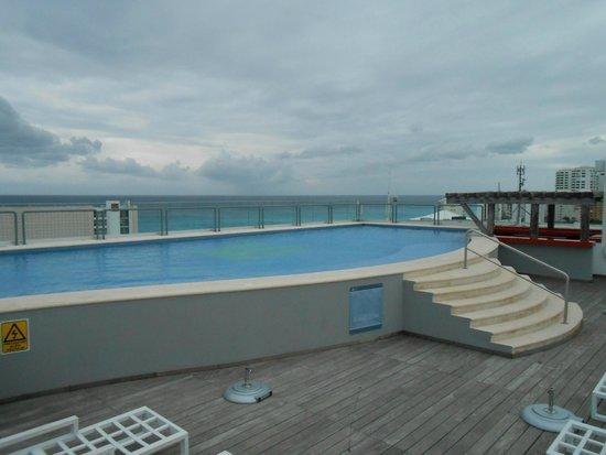 Aloft Cancun: A piscina fica no terraço de onde se tem uma bela vista da cidade