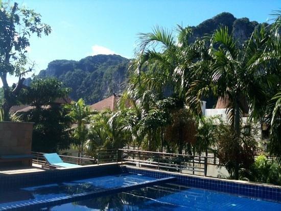 Aonang Cliff Beach Resort: pool and views