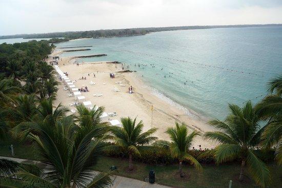 Decameron Barú: La playa vista desde el solarium de una de las piscinas