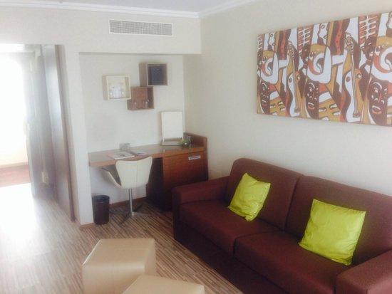 AC Hotel by Marriott Ambassadeur Antibes- Juan les Pins : Room 606 lounge