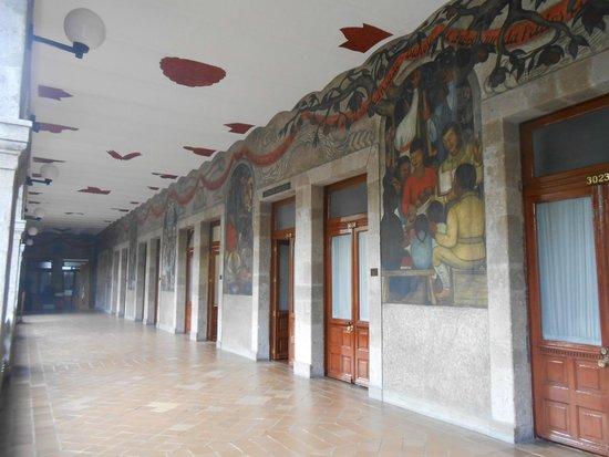 Murales de Diego Rivera en la Secretaría de Educacion Publica: Os murais ficam nos corredores do imponente prédio