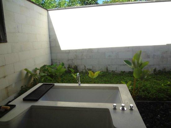 Alila Villas Uluwatu: 3 BR Main Bathup