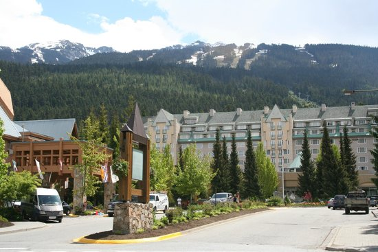 Fairmont Chateau Whistler Resort: Front of hotel on driving up