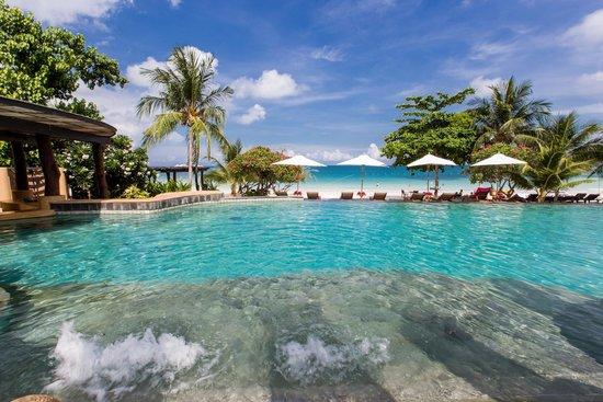 Paradee Resort & Spa Hotel: สระว่ายน้ำที่หันหน้าออกสู่ทะเล