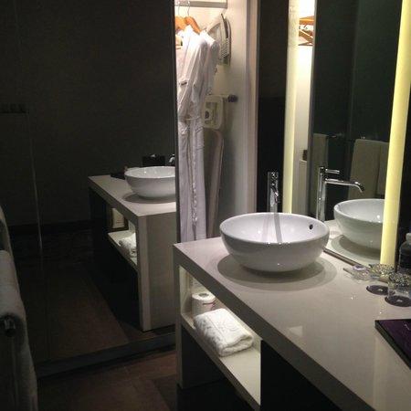 Park Regis Singapore: inside pool access room