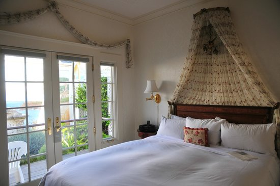 Seven Gables Inn: Sea View Cottage - 2nd bedroom showing private garden outside
