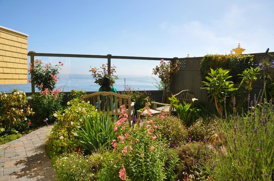 Seven Gables Inn: One of the gardens on the property with ocean view