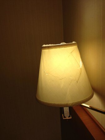 APA Hotel Sapporo Odorikoen: ランプシェード割れてます