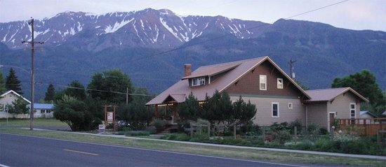 Bronze Antler Bed & Breakfast: The Bronze Antler, with Chief Joseph Mountain in the background