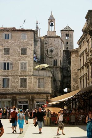 Palacio de Diocleciano: Very Medieval look to Diocletian's Palace from the inside