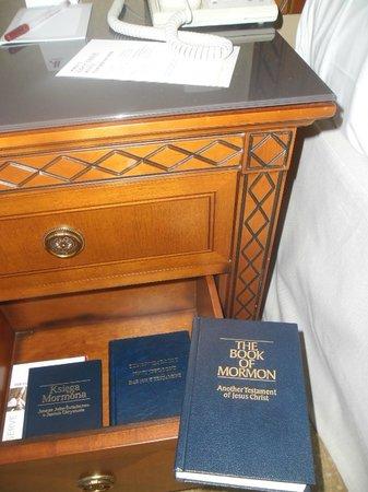 Warsaw Marriott Hotel: Bible books