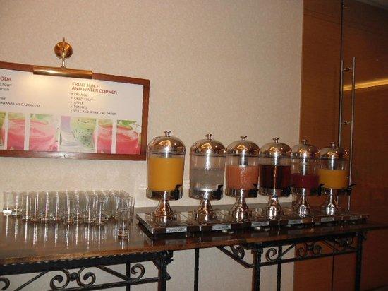 Warsaw Marriott Hotel: Apple,Orange,Grapefruit and other juices