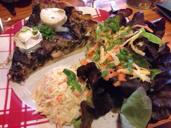 Restaurant L'Art Caddy : True Lies , salade cuisinée, chèvre, accompagnée de colwsaw, salade verte et crudités.  Une de
