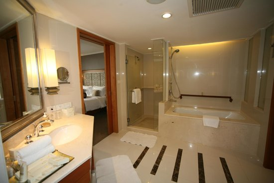 Dusit Thani Bangkok: 2 showers