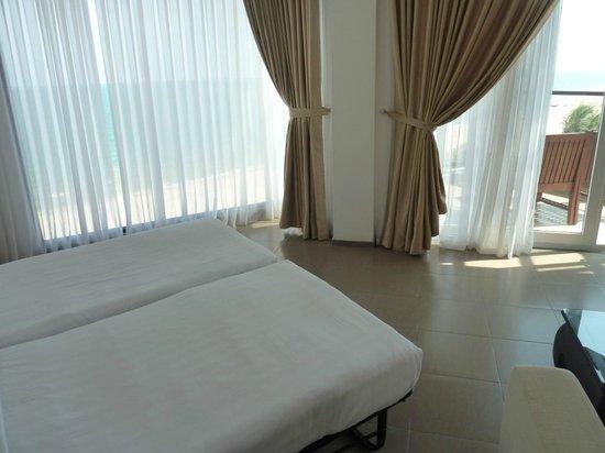 Unique Mui Ne Resort : Living room with 2 extra beds