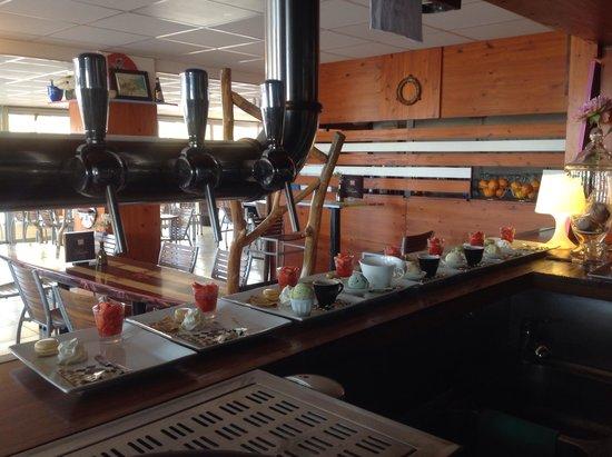 Au Dauphin: Préparation des cafés gourmands