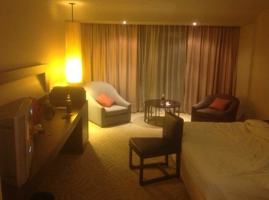 Swissotel Nai Lert Park: The view of the room, decor is simple and comfortable.