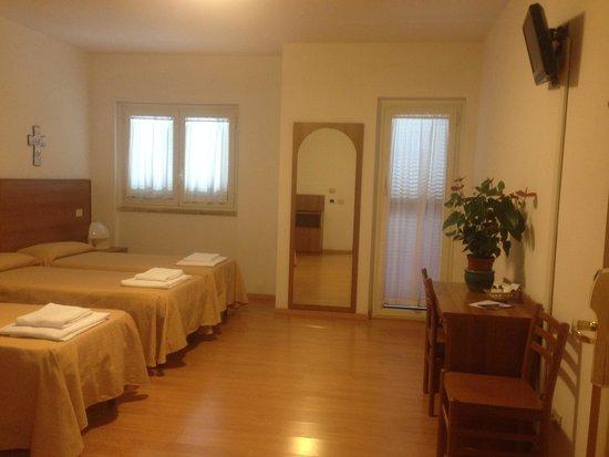 Hotel Casa del Pellegrino - Divino Amore Roma: Camera tripla