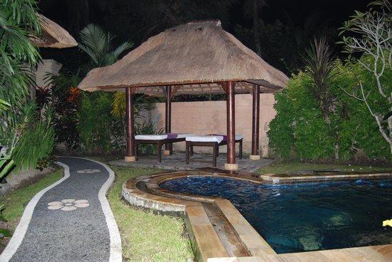 Furama Villas & Spa Ubud : Gazebo dans le jardin