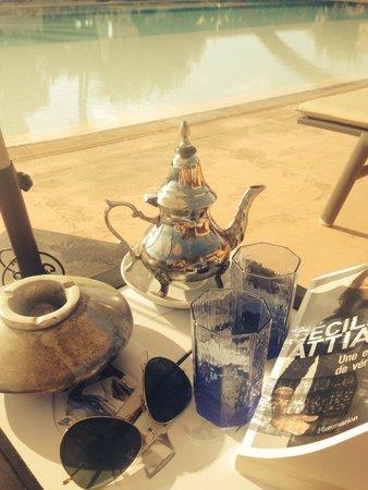 Dar Sabra Hotel Marrakech: Thé a la menthe au bord de la piscine